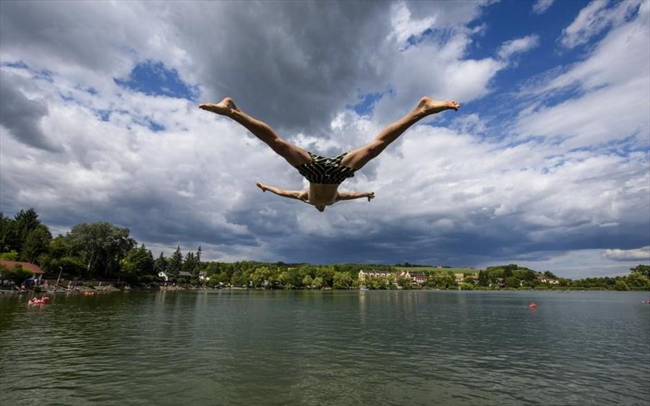Βουτιά στην λίμνη Μπάνκι της Ουγγαρίας, κατά την διάρκεια τετραήμερου φεστιβάλ με ποικίλες πολιτιστικές εκδηλώσεις