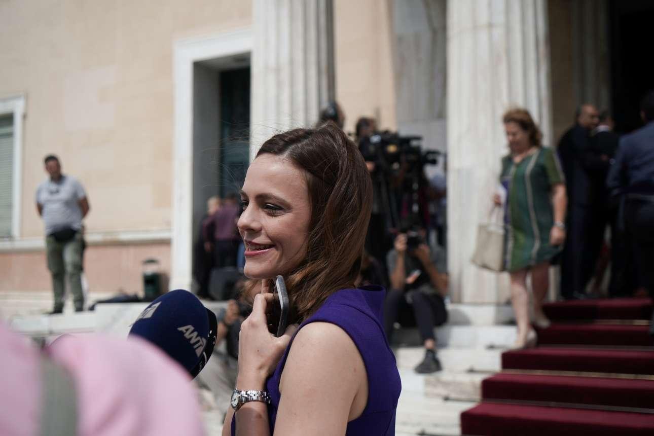 H Εφη Αχτσιόγλου στα μωβ, γοητευμένη από το ενδιαφέρον των δημοσιογράφων