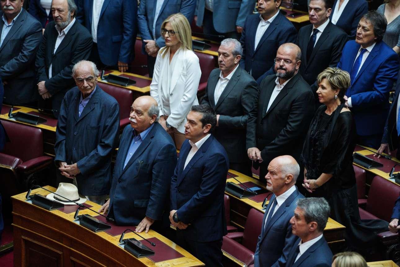 O Aλέξης Τσίπρας στα έδρανα της αξιωματικής αντιπολίτευσης. Δίπλα του ο τέως Πρόεδρος της Βουλής Νίκος Βούτσης, μαζί με τον βουλευτή Επικρατείας του ΣΥΡΙΖΑ Βασίλη Βασιλικό