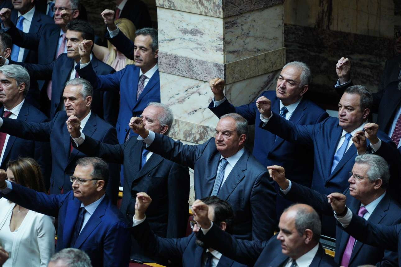O πρώην πρωθυπουργός Κώστας Καραμανλής μεταξύ των μελών της ΚΟ της ΝΔ