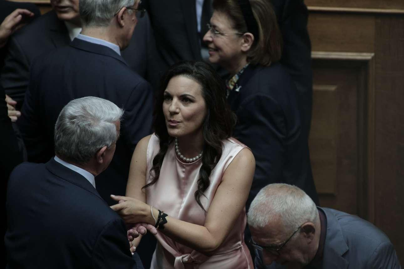 H κυρία Ολγα Κεφαλογιάννη που δεν υπουργοποιήθηκε τελικά, στην αίθουσα της Ολομέλειας