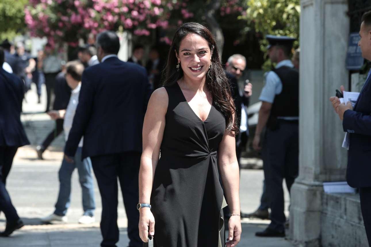 Η Δόμνα Μιχαηλίδου έξω από το Προεδρικό. Αναλαμβάνει υφυπουργός Εργασίας και Κοινωνικών Υποθέσεων, αρμόδια για θέματα πρόνοιας και κοινωνικής αλληλεγγύης