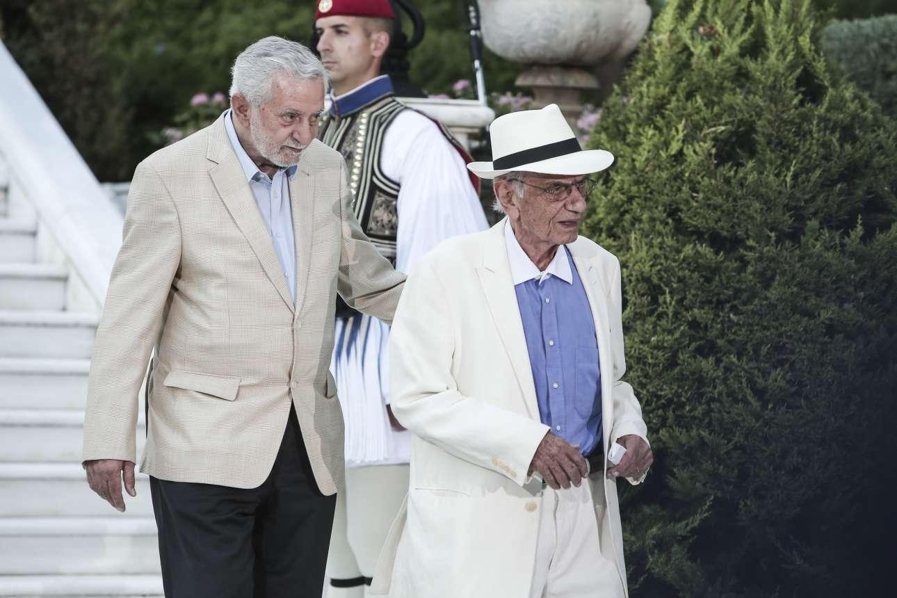 Ο συγγραφέας Βασίλης Βασιλικός, βουλευτής Επικρατείας του ΣΥΡΙΖΑ πλέον, μαζί με τον βουλευτή Α' Πειραιώς Θόδωρο Δρίτσα