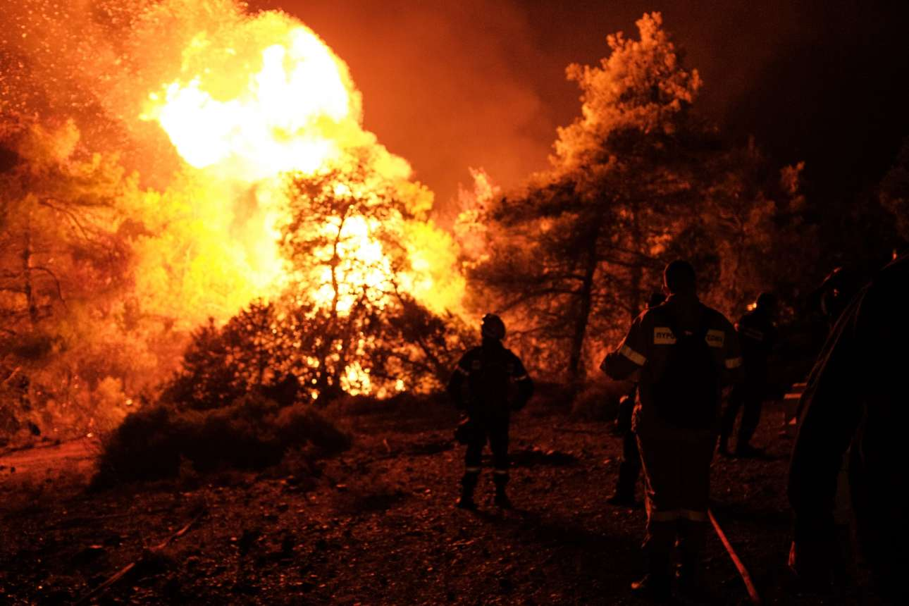 H μάχη με τις φλόγες δινόταν όλη τη νύχτα, περιμένοντας την ανατολή του ήλιου για να μπορέσουν να πετάξουν τα αεροπλάνα