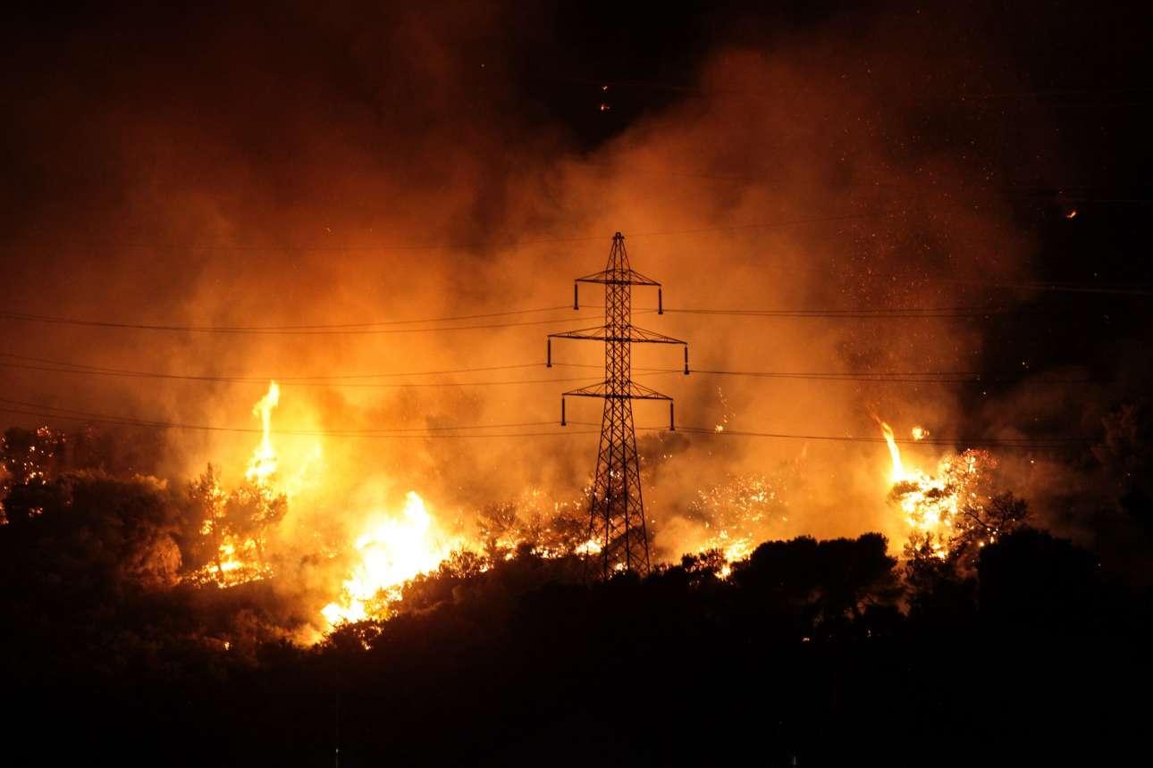 Εξαιτίας των ισχυρών ανέμων οι φωτιές υψώθηκαν ως και 20 μέτρα