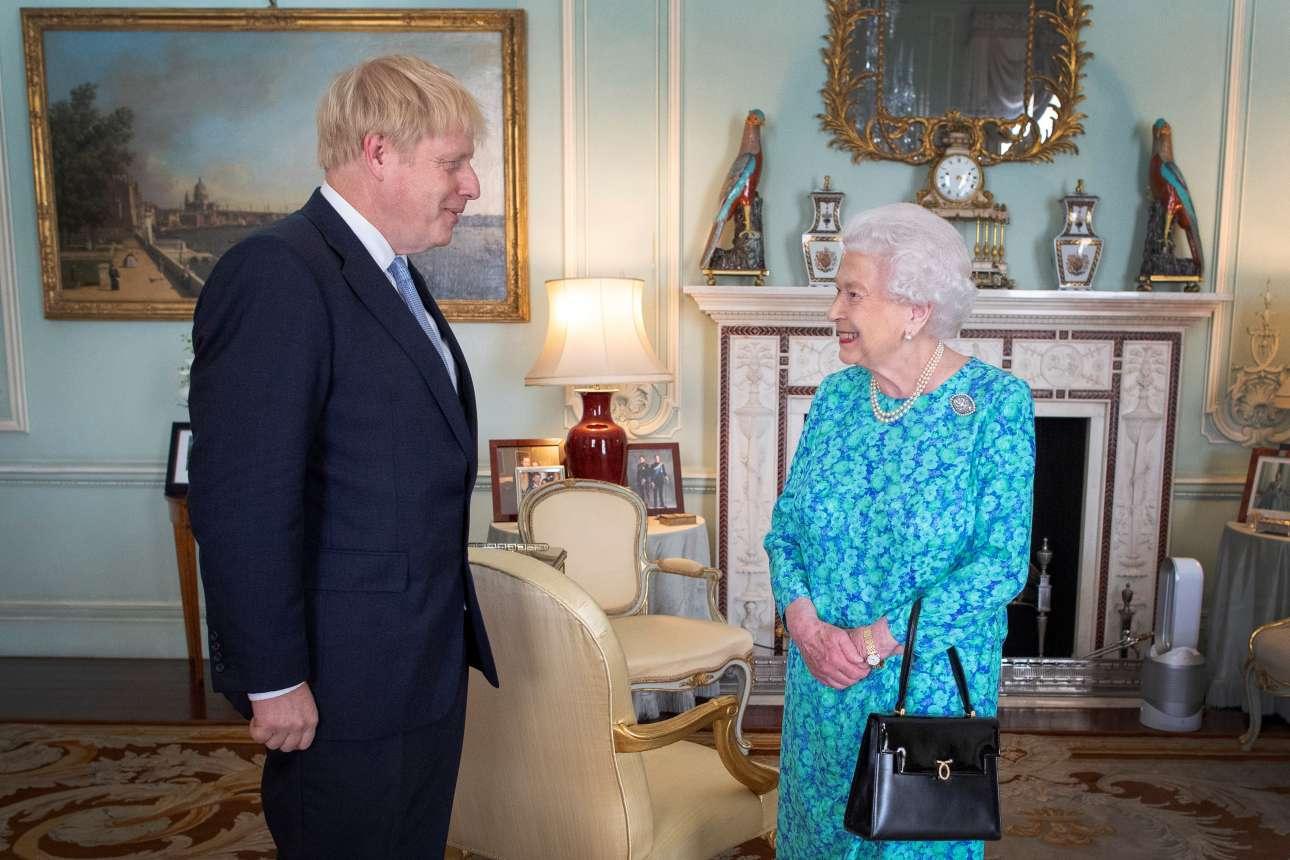 Τετάρτη, 24 Ιουλίου 2019. Ο Μπόρις Τζόνσον κατά την ακρόασή του από τη βασίλισσα Ελισάβετ Β' ως εντολοδόχος πρωθυπουργός. Αν σκεφτείς ότι η Ελισάβετ ξεκίνησε με τον Γουίνστον Τσόρτσιλ και κατέληξε στον Μπόρις...