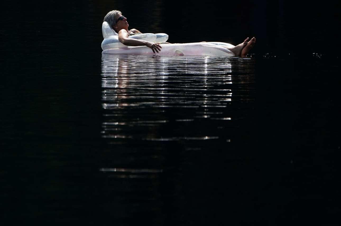 Γυναίκα απολαμβάνει το νερό της λίμνης στο Κλόιν του Καναδά, ο οποίος βίωσε και αυτός θερμοκρασίες-ρεκόρ για καλοκαίρι