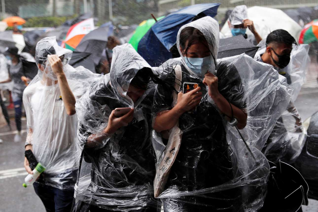 Εντονα καιρικά φαινόμενα πλήττουν το Χονγκ Κονγκ καθώς πλησιάζει ο τυφώνας Ουίφα