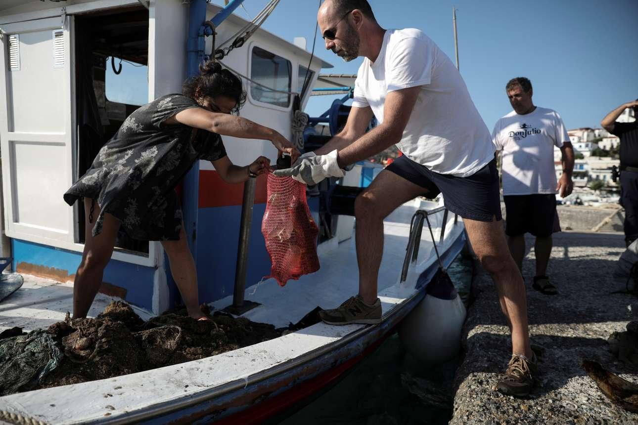 Εθελοντές συγκεντρώνουν τα σκουπίδια που ανέβασαν οι δύτες