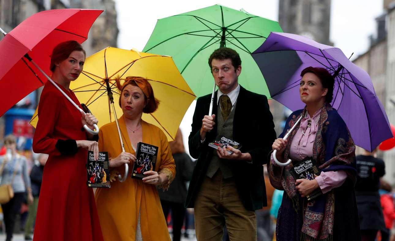 Περφόρμερς μοιράζουν φυλλάδια στο Βασιλικό Μίλι (The Royal Mile) στο Εδιμβούργο της Σκωτίας σε μια προσπάθεια να προσελκύσουν κοινό για το σόου τους