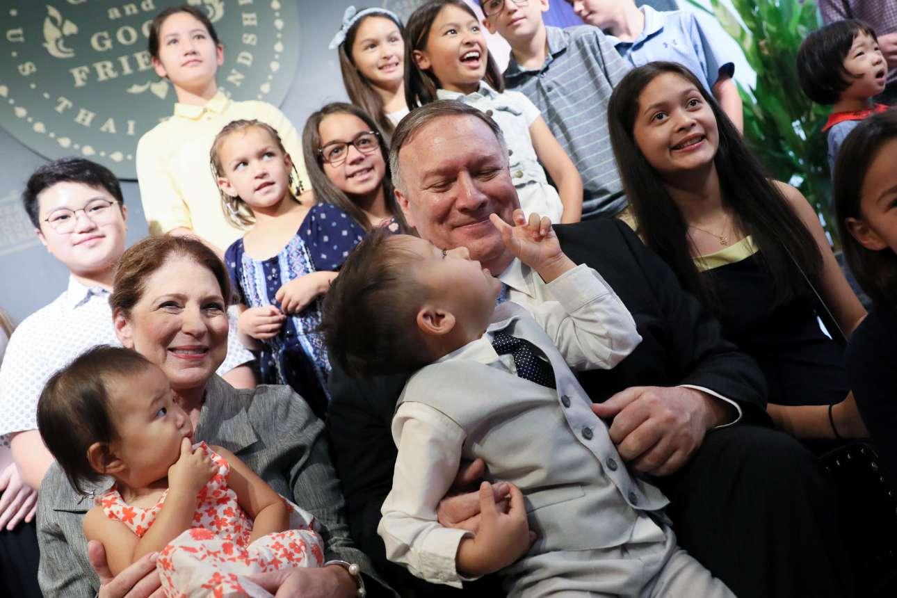 Ο αμερικανός υπουργός Εξωτερικών Μάικ Πομπέο με τη σύζυγό του Σούζαν επισκέπτονται τις οικογένειες των εργαζομένων στην πρεσβεία των ΗΠΑ στην Μπανγκόκ (Ταϊλάνδη)