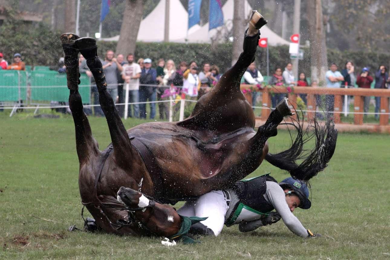 Μια δύσκολη και άκρως επικίνδυνη στιγμή και για τους δύο -και για τον βραζιλιάνο αναβάτη και για το άλογό του- κατά τη διεξαγωγή των Παναμερικανικών Αγώνων στο Περού