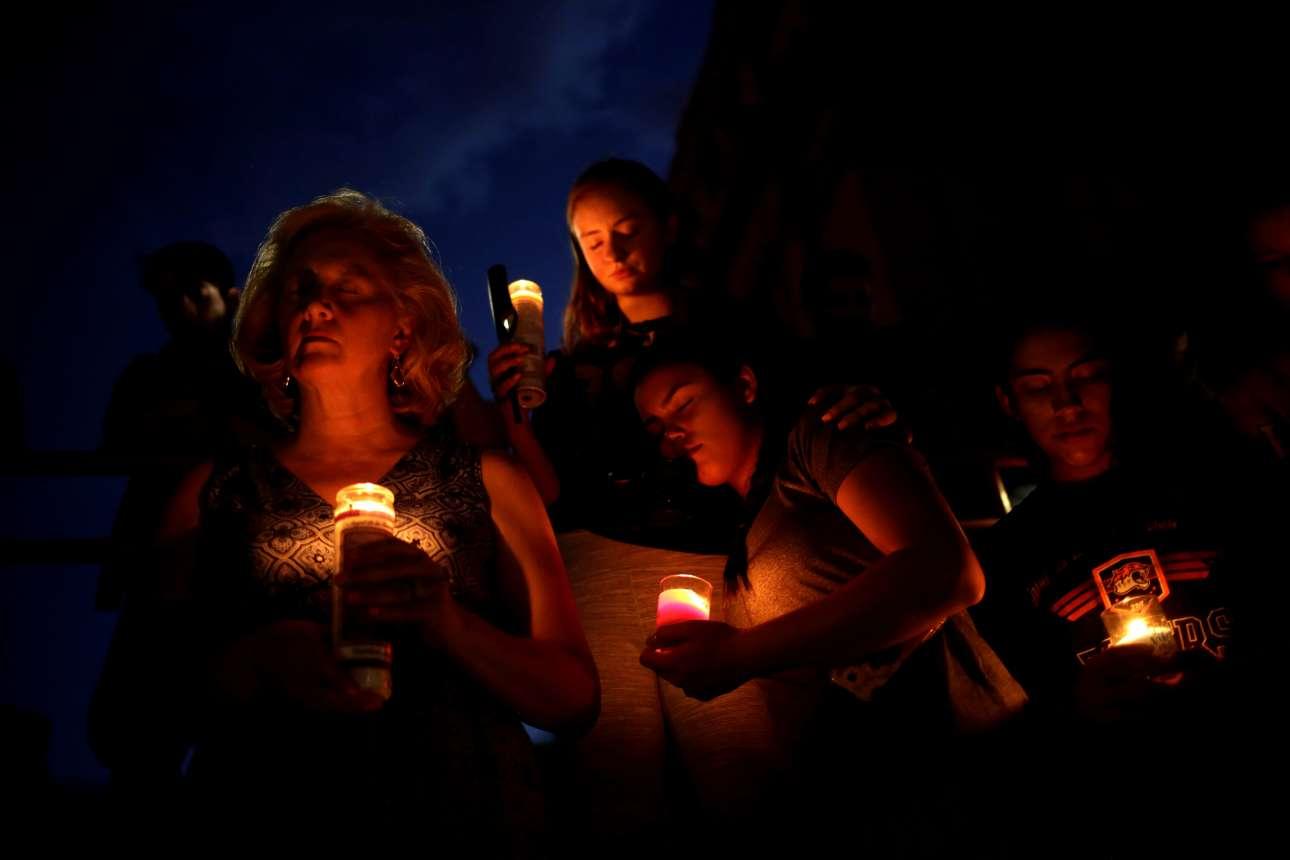 Βράδυ Σαββάτου. Το φως των κεριών φωτίζει τα πρόσωπα όσων συγκεντρώθηκαν στο γυμνάσιο του Ελ Πάσο για να θρηνήσουν τα θύματα του νέου μακελειού που συντάραξε τις ΗΠΑ...