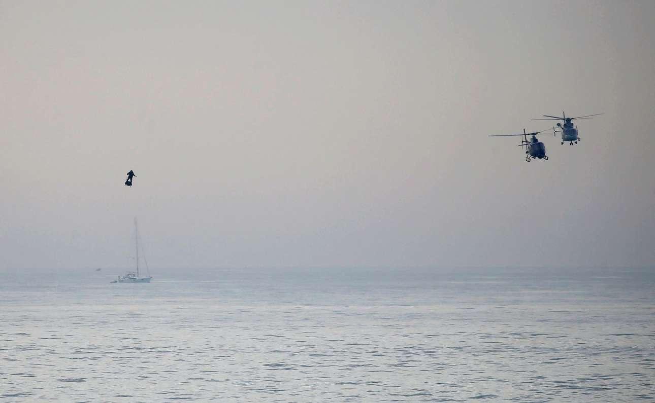 Μια ιστορική στιγμή. Πρωί Κυριακής, 4 Αυγούστου στην ακτή του Ντόβερ της Βρετανίας. Η φιγούρα του γάλλου εφευρέτη Φράνκι Ζαπάτα διακρίνεται αριστερά καθώς καταφέρνει να πετάξει πάνω από τη Μάγχη με ιπτάμενο πατίνι (Flyboard)