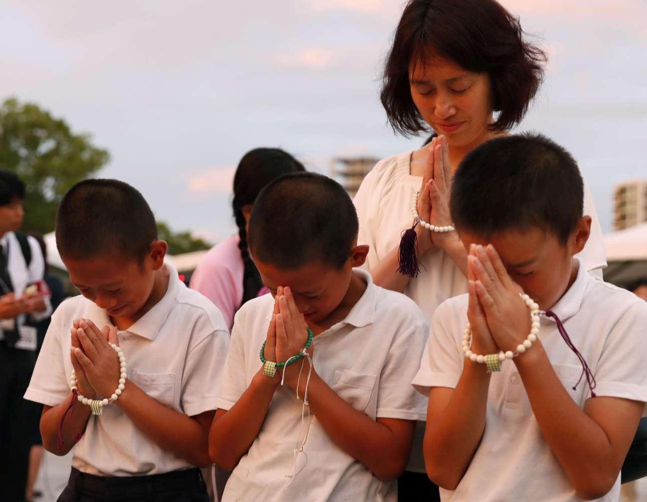 Παιδιά προσεύχονται για τα θύματα