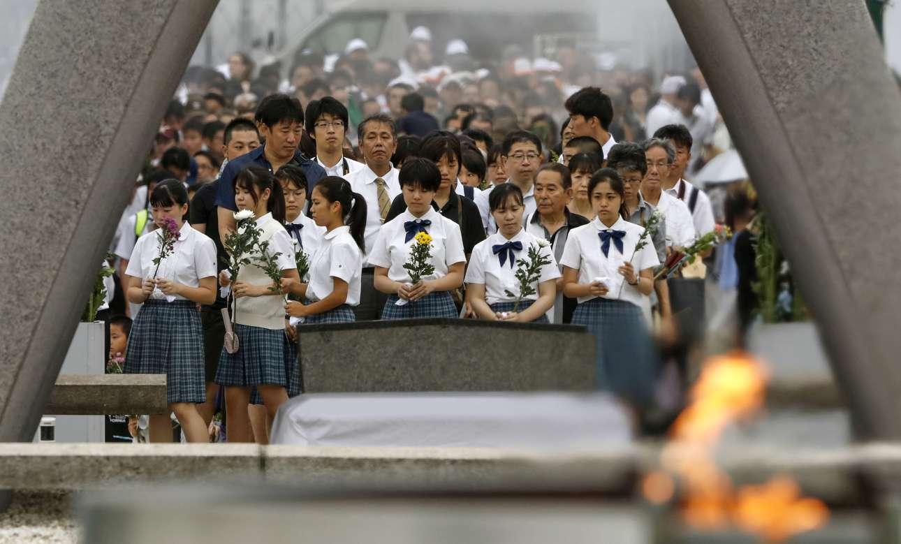 Μαθητές μπροστά στο κενοτάφιο για τα θύματα, ακριβώς κάτω από το σημείο της έκρηξης