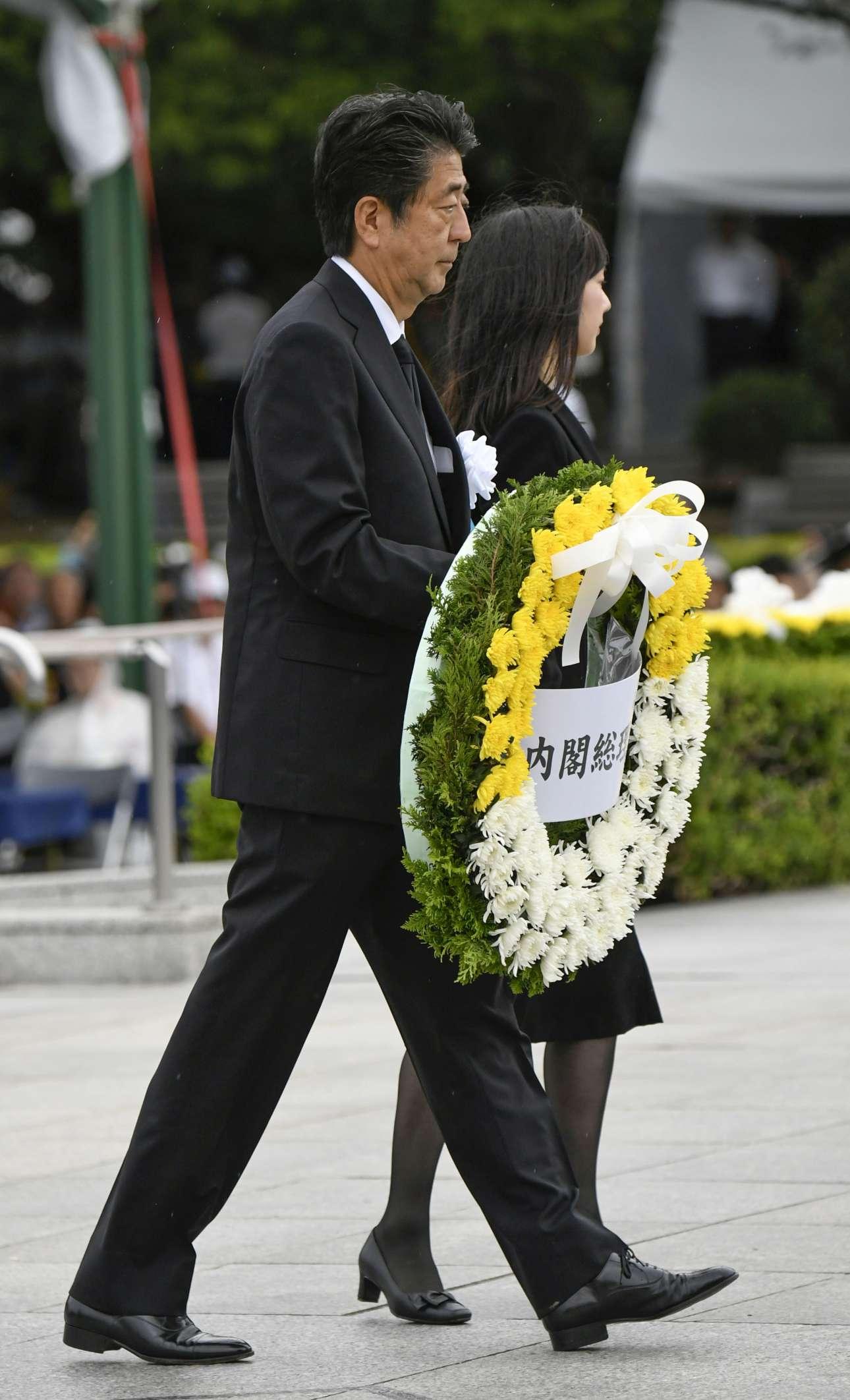 Ο πρωθυπουργός της Ιαπωνίας Σίνζο Αμπε καταθέτει στεφάνι στη μνήμη των νεκρών