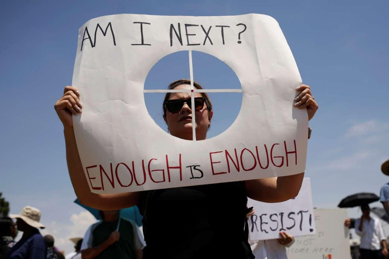 Γυναίκα κρατώντας πλακάτ με τη φράση «Είμαι η επόμενη; Αρκετά!» συμμετέχει σε διαδήλωση κατά του προέδρου των ΗΠΑ Ντόναλντ Τραμπ ο οποίος έφθασε την Πέμπτη στην πόλη του Ελ Πάσο, στα σύνορα με το Μεξικό, όπου το Σάββατο ένας ένοπλος πυροβόλησε 22 ανθρώπους σε ένα ακόμα έγκλημα ρατσιστικού μίσους