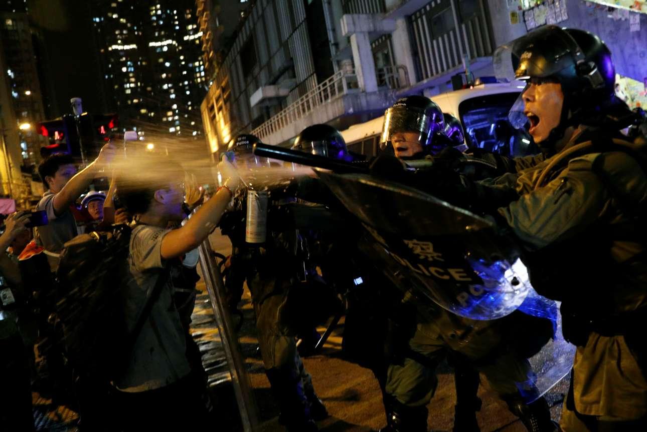 Αστυνομικοί κάνουν χρήση σπρέι πιπεριού ώστε να διαλύσουν τον κλοιό των διαδηλωτών στο Χονγκ Κονγκ. Δέκα διαδοχικά σαββατοκύριακα όλο και πιο βίαιων διαδηλώσεων έχουν βυθίσει το Χονγκ Κονγκ στη σοβαρότερη πολιτική κρίση εδώ και δεκαετίες. Χιλιάδες διαδηλωτές υπέρ της δημοκρατίας συγκεντρώθηκαν σήμερα και έκαναν πορείες στο Χονγκ Κονγκ αψηφώντας για μια ακόμη φορά τη σχετική απαγόρευση της αστυνομίας