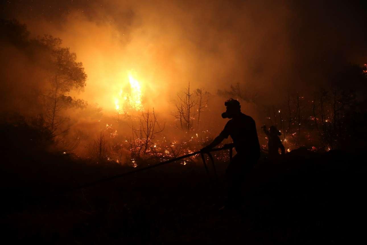 Μόνοι απέναντι στις φλόγες. Οι προσπάθειες των πυροσβεστών ήταν υπεράνθρωπες όλη τη νύχτα