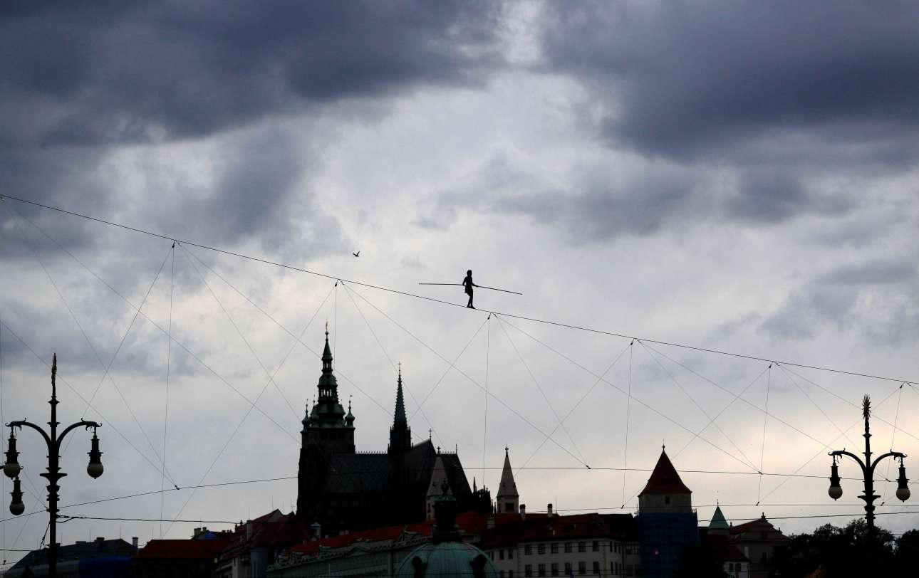Η Τατιάνα-Μοσία Μπονγκόνγκα ακροβατεί σε σχοινί πάνω από το Κάστρο της Πράγας κατά τη διάρκεια πρόβας για την τελετή έναρξης του Διεθνούς Φεστιβάλ Τσίρκου και Θεάτρου