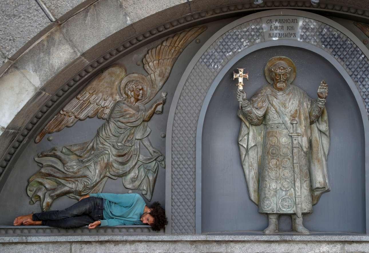 Ενας άνδρας κοιμάται στη βάση του αγάλματος του Αγίου Βλαδίμηρου στο Κίεβο (Ουκρανία)