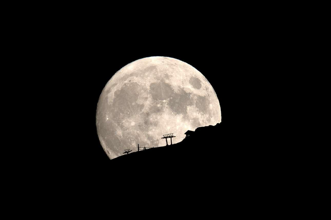Το φεγγάρι λίγο πριν την πανσέληνο του Δεκαπενταύγουστου φωτίζει τα Καλάβρυτα
