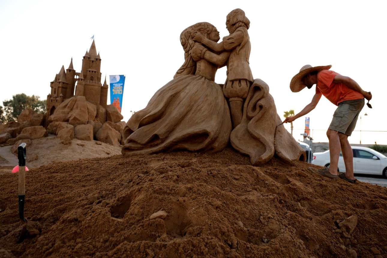 Ο Ενγκουεράντ Νταβίντ από το Βέλγιο δουλεύει πάνω στο έργο του από άμμο λίγο πριν την επίσημη έναρξη του Διεθνούς Φεστιβάλ Γλυπτών από άμμο στην πόλη Ασκελόν (Ισραήλ)