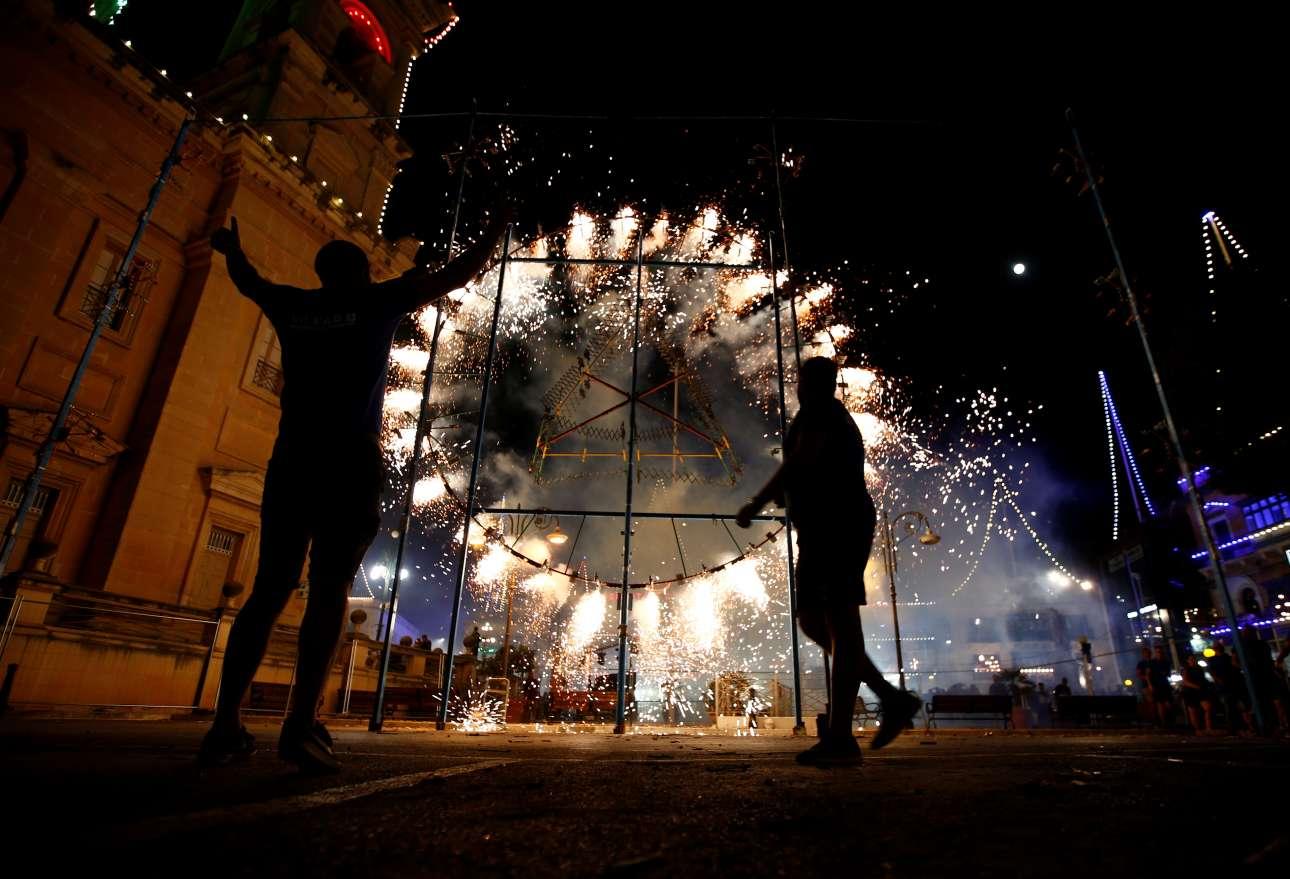 Κόσμος γιορτάζει με πυροτεχνήματα την Κοίμηση της Θεοτόκου στη Μόστα (Μάλτα)