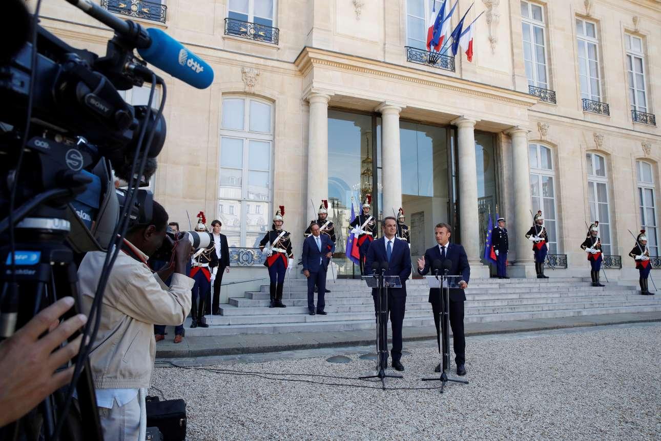 Ο Εμανουέλ Μακρόν στο πλευρό του Κυριάκου Μητσοτάκη κατά τις δηλώσεις προς τα ΜΜΕ στο προαύλιο του επιβλητικού Μεγάρου των Ηλυσίων