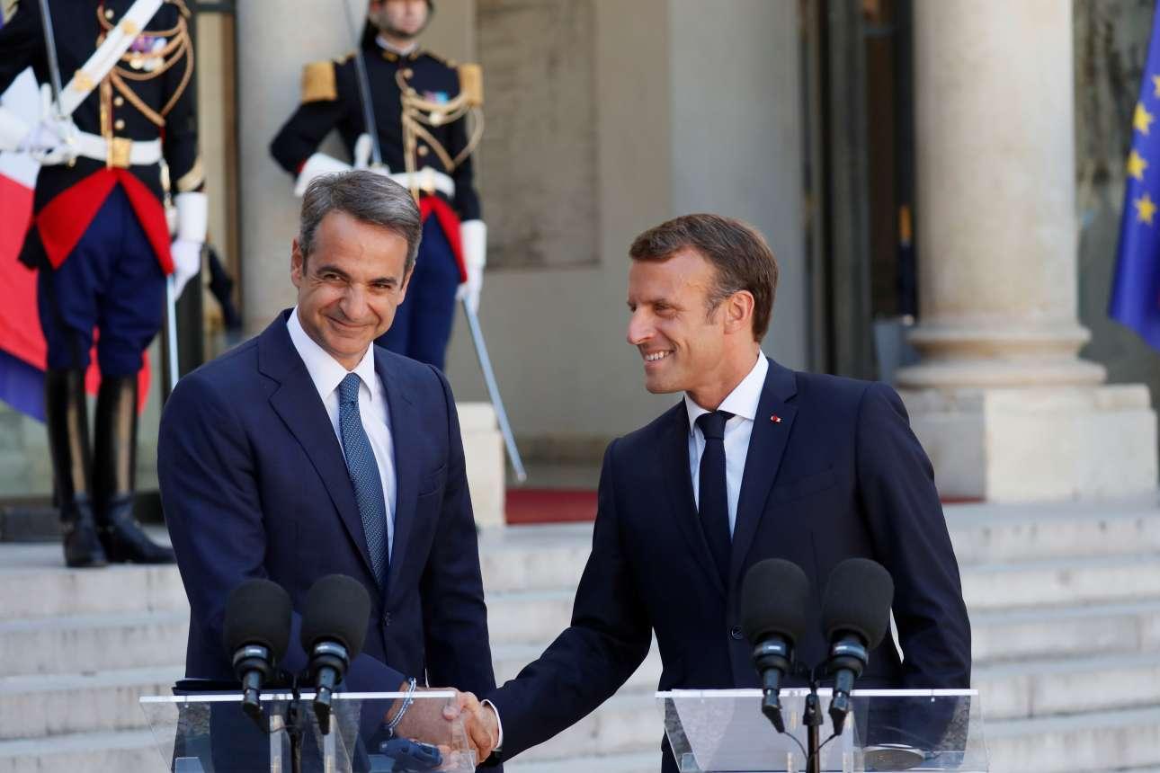 Η χειραψία των δύο ηγετών μετά τις πρώτες δηλώσεις και πριν μπουν στα ενδότερα του Ελιζέ για τις συζητήσεις