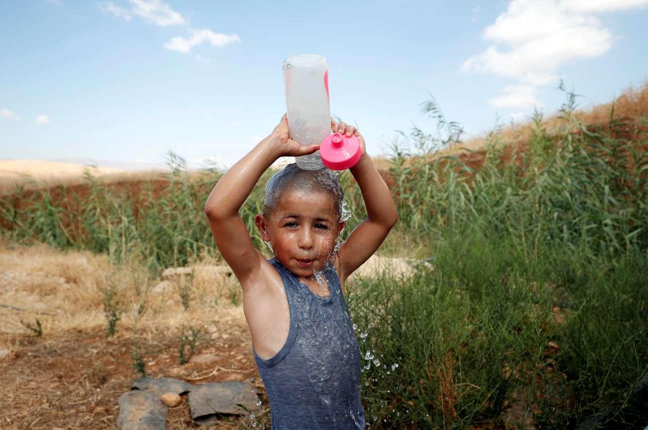 Αγόρι από την Παλαιστίνη αδειάζει το νερό που είχε στο μπουκάλι του για να αντιμετωπίσει την ζέστη στην Δυτική Οχθη