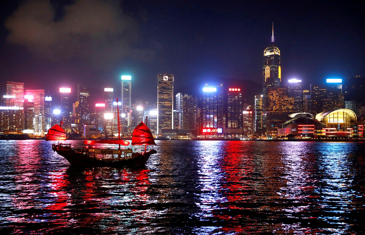 Η νύχτα φέρνει μαζί της τα πιο όμορφα χρώματα καθώς ένα μικρό καράβι διασχίζει την θάλασσα με φόντο την συνοικία Τσιμ Σα Τσούι στο Χονγκ Κονγκ. Στη στεριά συνεχίζονται, στο μεταξύ, οι συγκρούσεις μεταξύ αστυνομίας και διαδηλωτών