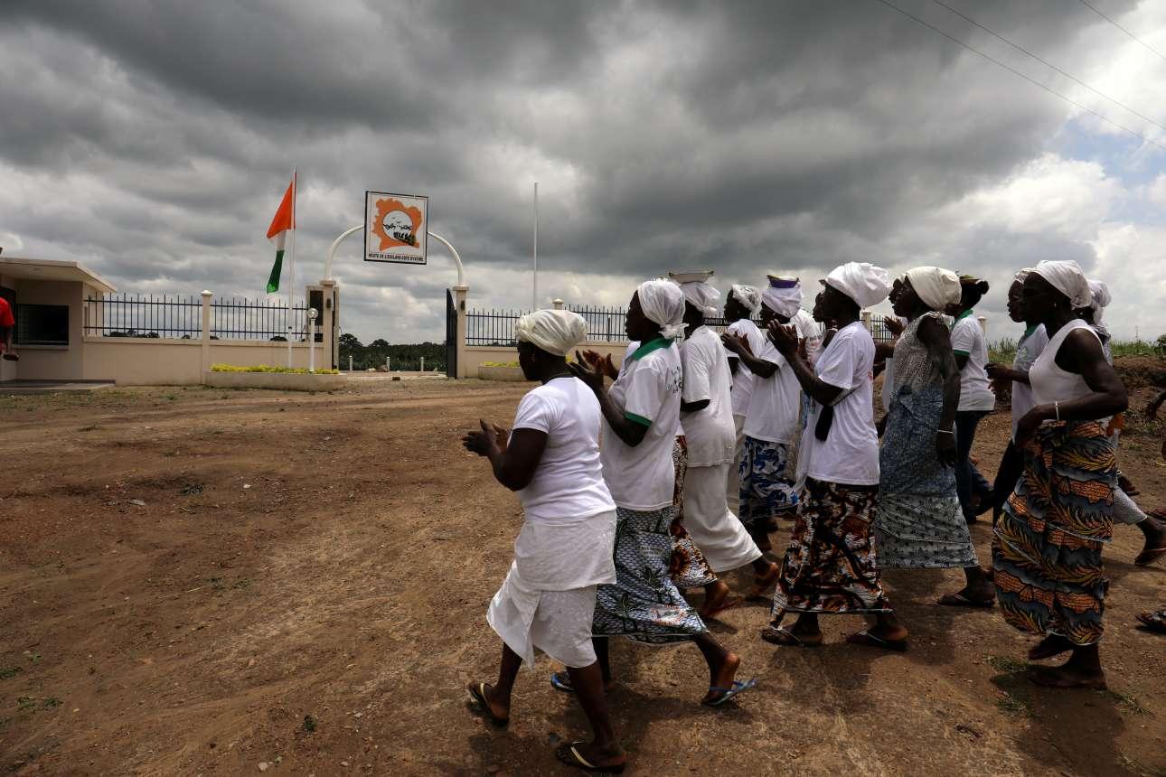 Γυναίκες από την Ακτή του Ελεφαντοστού έξω από μνημείο για την εποχή του δουλεμπορίου, κοντά στον ποταμό Μπόντο. Πριν 400 χρόνια άντρες και γυναίκες από την Ακτή Ελεφαντοστού αιχμαλωτίζονταν και στην συνέχεια έκαναν το τελευταίο μπάνιο στον ποταμό πριν φορτωθούν στα πλοία