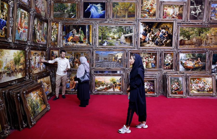Επισκέπτες σε έκθεση χειροποίητων χαλιών στην Τεχεράνη του Ιράν. Η συγκεκριμένη βιομηχανία στην χώρα της Μέσης Ανατολής αντιμετωπίζει πολλά προβλήματα εξαιτίας των αμερικανικών κυρώσεων