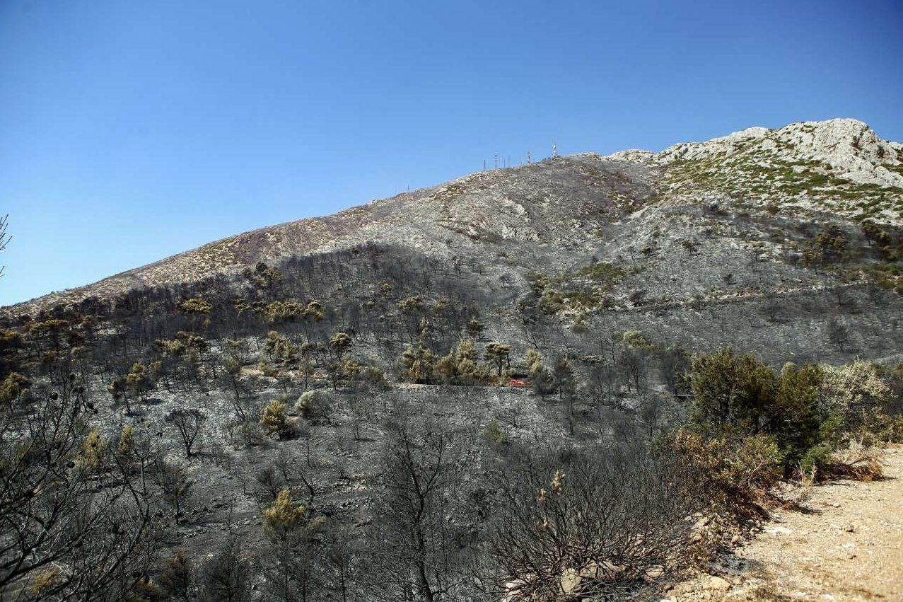 Μεγάλη η καταστροφή στην κορυφή του Υμηττού. Στο βάθος διακρίνονται οι κεραίες