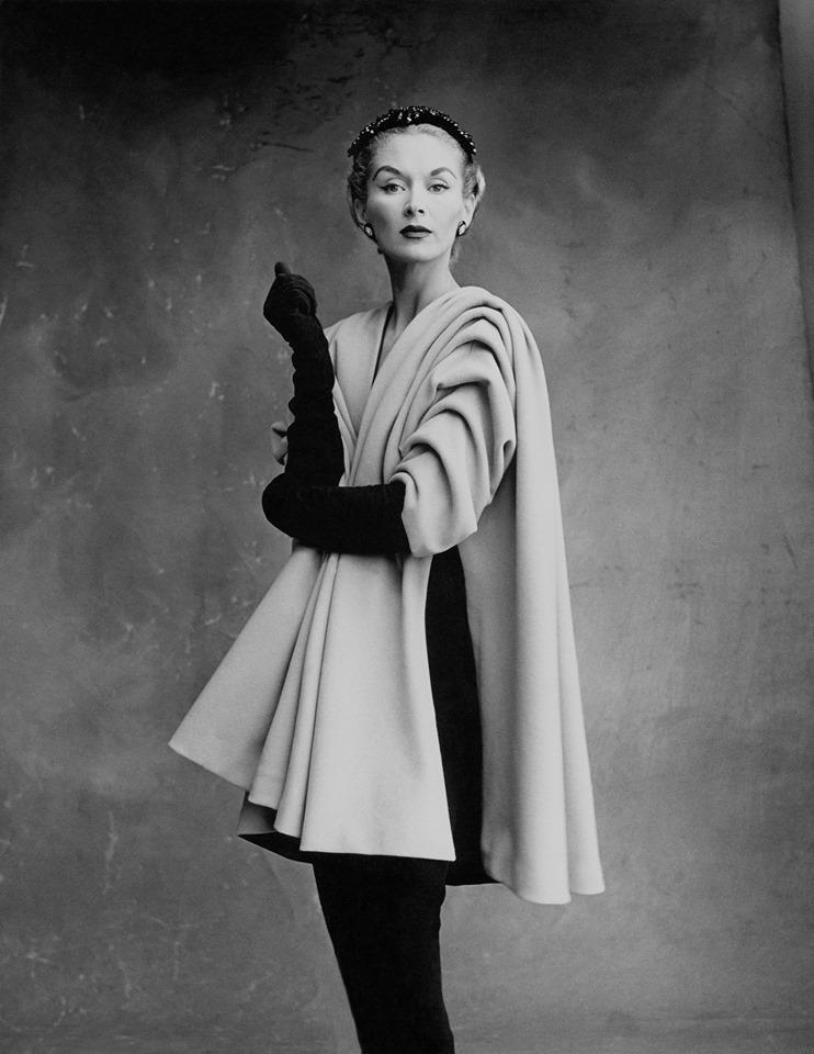 Η Σουηδή Lisa Fonssagrives-Penn ποζάρει με ένα εκπληκτικά δομημένο παλτό, στο Παρίσι το 1950