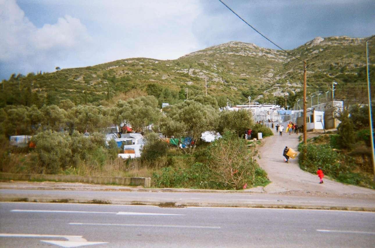 «Δεν ξέρω γιατί ο λαός μου (οι πρόσφυγες) είναι κλεισμένος σε ένα βρώμικο μέρος, μακριά από τους άλλους Ελληνες. Δεν ξέρω αν πρόκειται για ασφάλεια ή για ρατσισμό», Ομίντ, 15 ετών