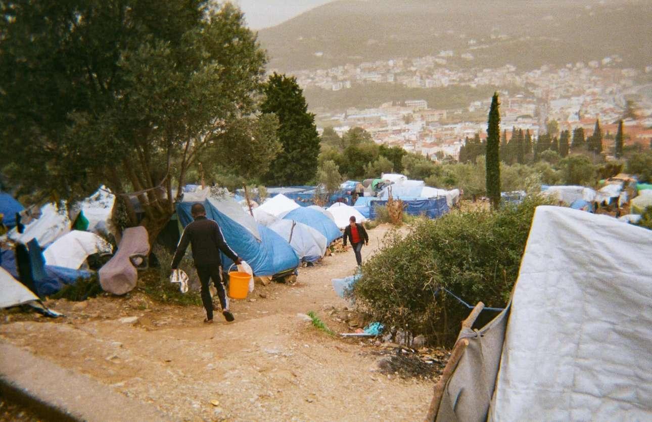 «Στη ζούγκλα οι άνθρωποι δεν έχουν νερό. Χρησιμοποιούν κουβάδες για να πάρουν νερό και επιστρέφουν στις σκηνές τους, αλλά είναι πολύ σκληρή δουλειά», Ομίντ, 15 ετών