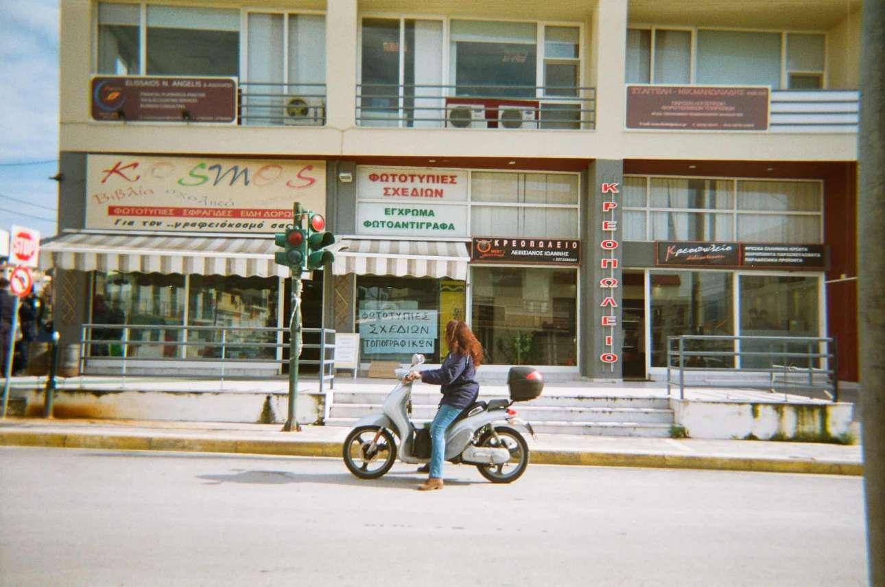 «Οι γυναίκες στο Ιράν δεν μπορούν να οδηγήσουν σκούτερ και μου αρέσει που εδώ μπορούμε»,  Σαμανέχ, 16 ετών