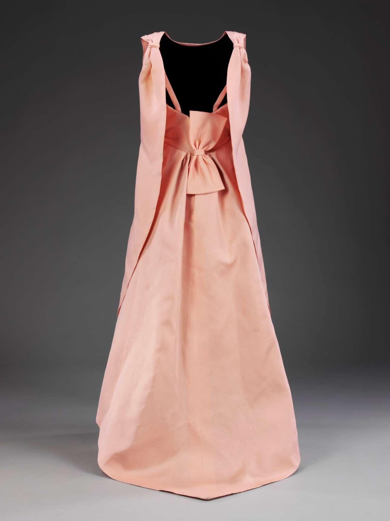 Το βραδινό απαλό ροζ φόρεμα με τίτλο «La Tulipe» από τη συλλογή του φθινοπώρου / χειμώνα του 1965