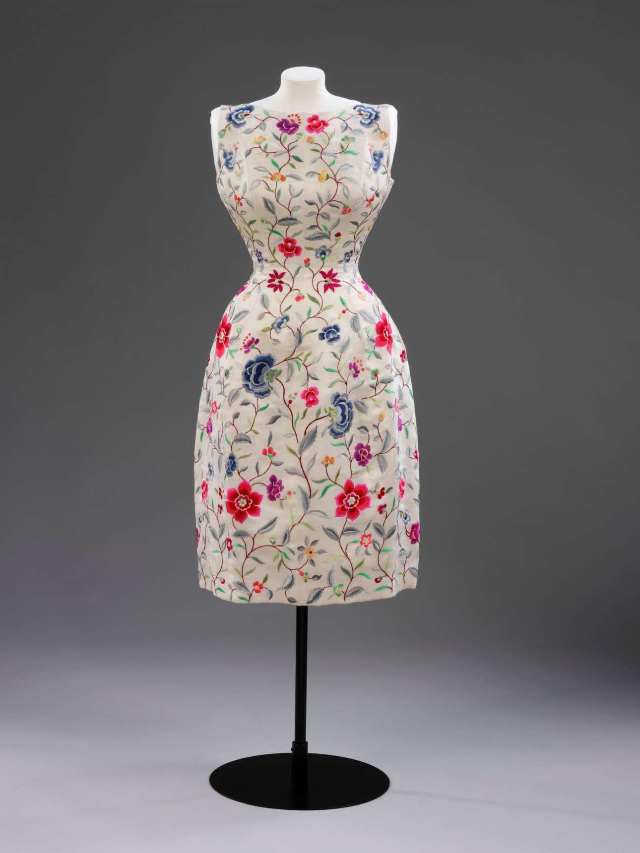 Μεταξωτό βραδινό φόρεμα με υπέροχα κεντημένα λουλούδια και θαυμάσιο σχήμα