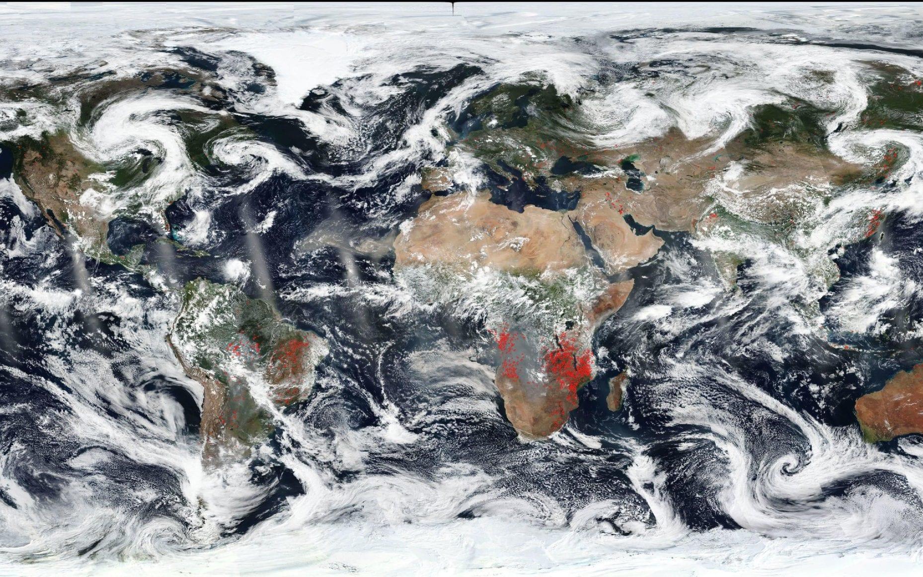 Στη δορυφορική εικόνα της Γης, που έδωσε στην κυκλοφορία το NASA Worldview, διακρίνονται κάποιες κόκκινες κουκίδες οι οποίες υποδηλώνουν τις φωτιές πάνω στην υδρόγειο στις 27 Αυγούστου του 2019. Οι πυρκαγιές που μαίνονται στο τροπικό δάσος του Αμαζονίου είναι αυτές για τις οποίες γίνεται μεγαλύτερη αναφορά τον Αύγουστο, ωστόσο η δορυφορική εικόνα δείχνει ότι οι φωτιές στην Αφρική είναι αυτές που έχουν απλωθεί περισσότερο
