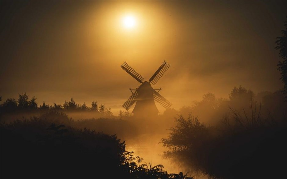 Eνας μύλος μέσα στην πρωινή ομίχλη στο Χρόνιγκεν της Ολλανδίας