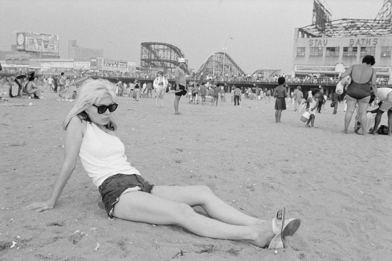 H υπέροχη Ντέμπι Χάρι των Blondie στην παραλία του Κόνι Αϊλαντ στο Μπρούκλιν, το 1977