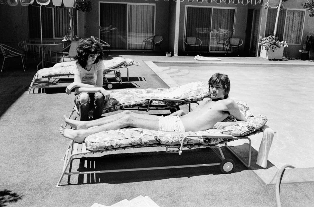 Πάνκ και ηλιοθεραπεία... Δύο ιδρυτικά μέλη των Ramones, ο Τζόι και ο Ντι Ντι Ραμόν, λιάζονται στο ξενοδοχείο Sunset Marquis, στο Δυτικό Χόλιγουντ, το 1977