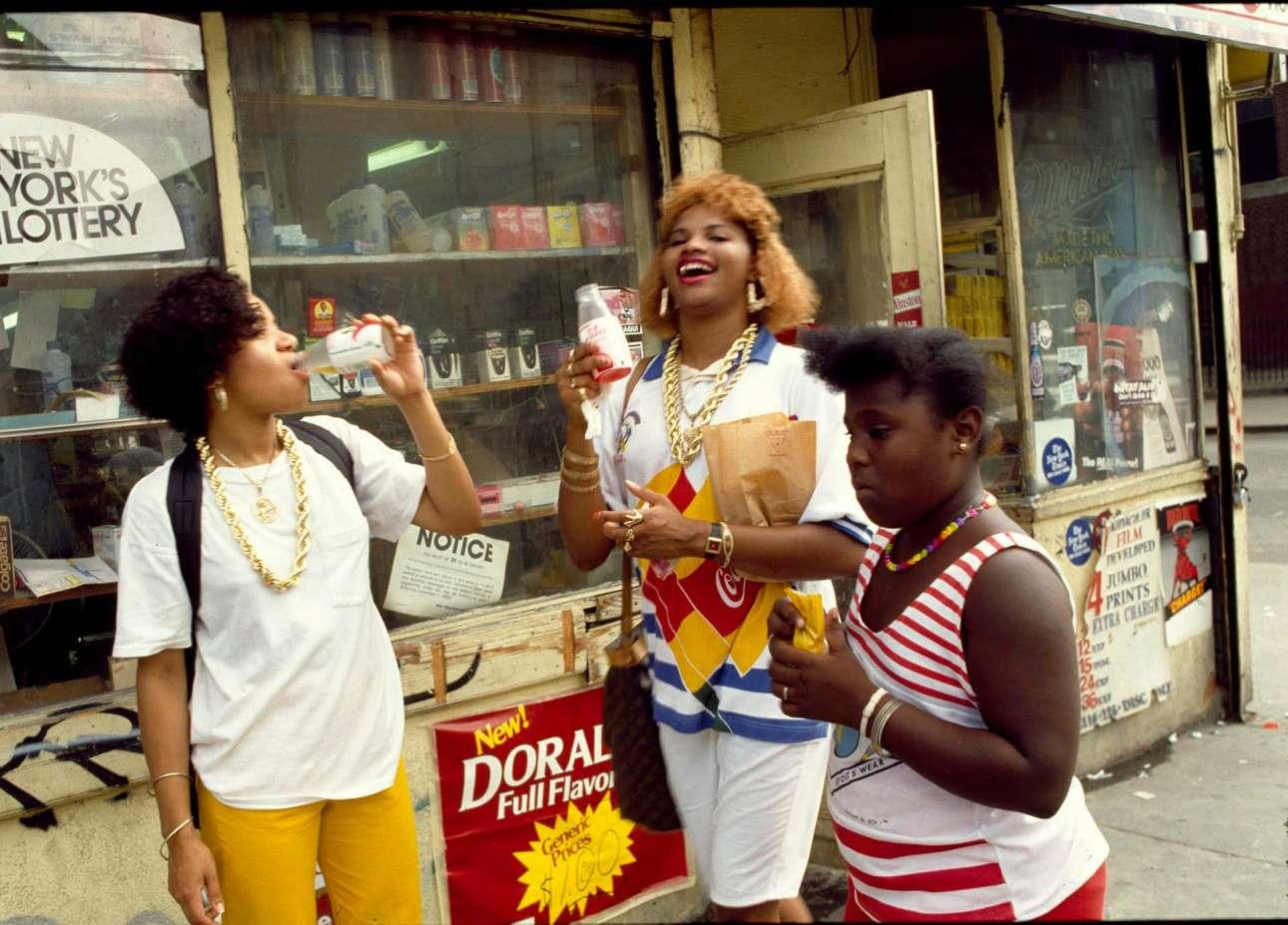 Οι Salt n Pepa ξεδιψούν έξω από ένα γειτονικό ψιλικατζίδικο στη Νέα Υόρκη, το 1986
