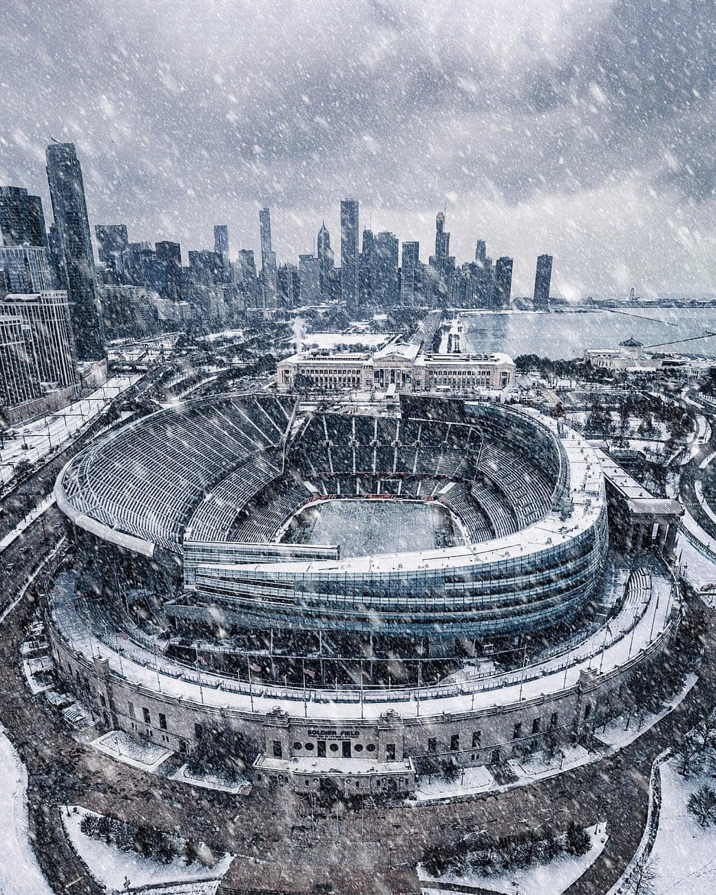 Χιονοθύελλα πάνω από το γήπεδο ράγκμπι Soldier του Σικάγο, τον περασμένο Νοέμβριο