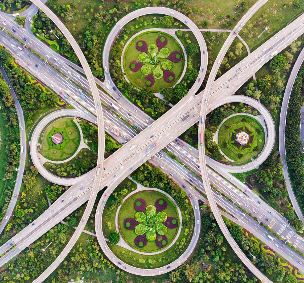 «Το βαλς των ανισόπεδων κόμβων». Μόνο μία φωτογραφία από ψηλά μπορεί να αιχμαλωτίσει την απόλυτη συμμετρία μεταξύ του ανισόπεδου κόμβου και των στρογγυλών παρτεριών, στην πόλη Φοσάν της Κίνας