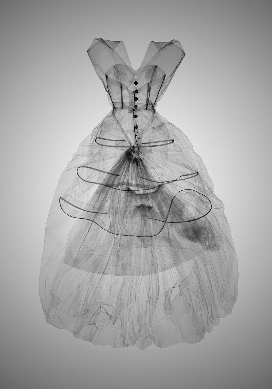 Το V & A συνεργάστηκε με έναν καλλιτέχνη x-ray για να αποκαλύψει την κατασκευή των ρούχων του μυστικοπαθούς Μπαλενσιάγκα. Οι παραπάνω ακτίνες Χ αποκαλύπτουν πτυχές της μεθοδολογίας του σχεδιαστή και καταρρίπτουν τον μύθο που ήθελε να μη χρησιμοποιεί κορσέδες